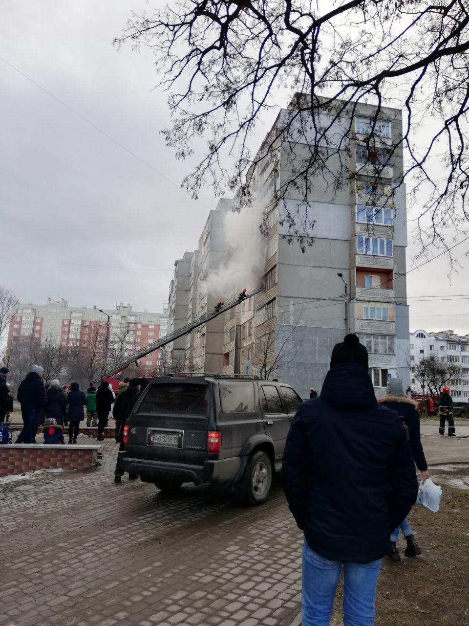 На Пасічній у багатоповерхівці горить квартира (ФОТО, ВІДЕО)