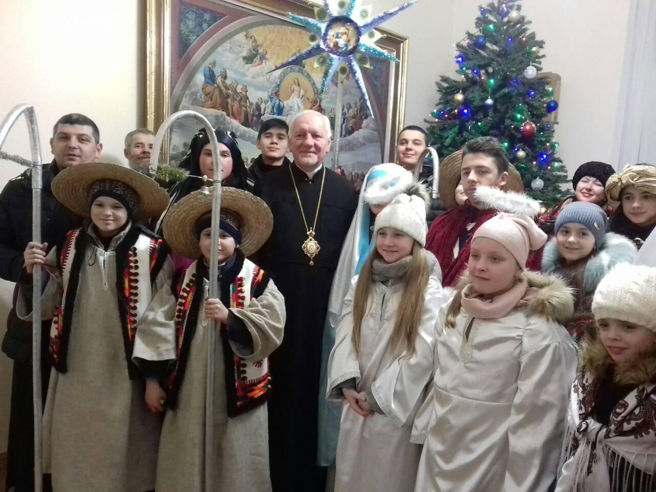 Як священики і школярі колядували у Митрополита (фоторепортаж)