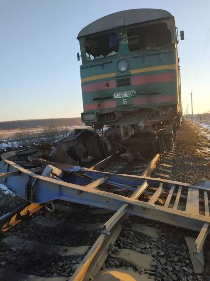 Під Івано-Франківськом пасажирський поїзд протаранив вантажівку (ФОТО)
