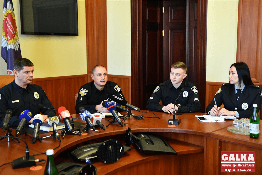 """""""Я не бачу нічого такого в тому, що поліціянти мили машини"""", – головний патрульний Прикарпаття (ФОТО)"""