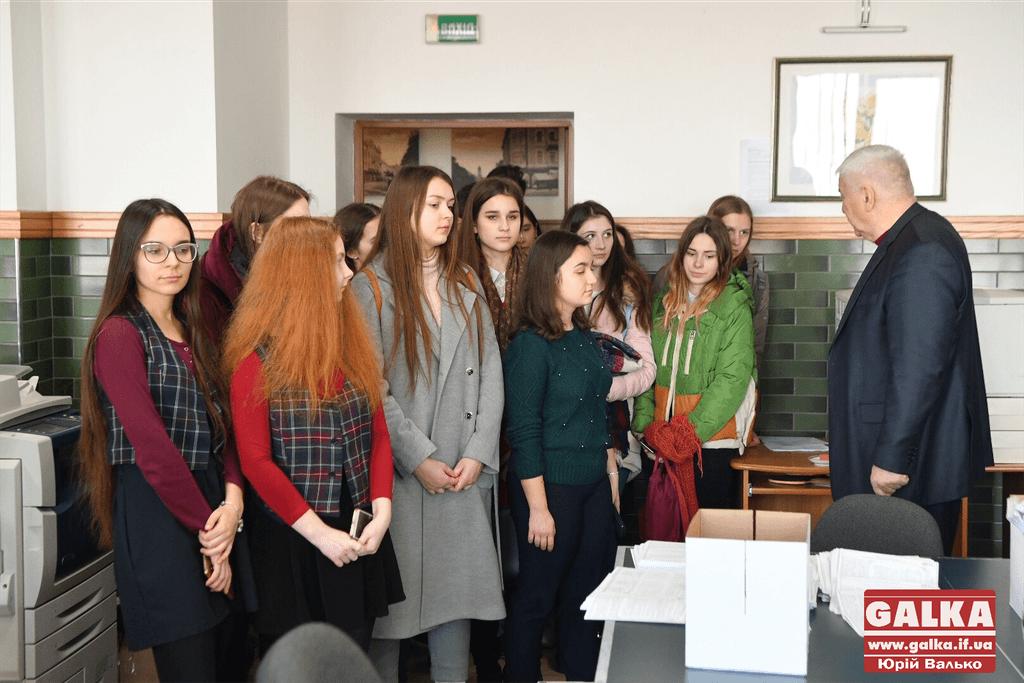 Прикарпатським випускникам показали, як перевірятимуть їхні тести ЗНО (відеосюжет)