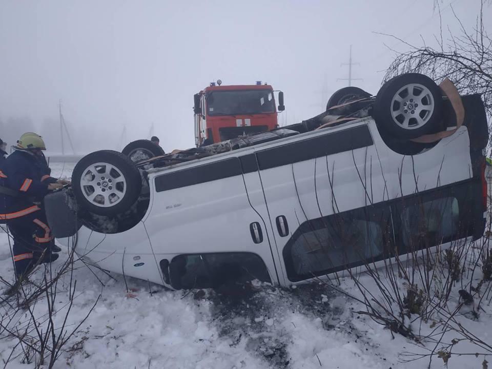 ДТП на Франківщині: автомобіль перекинувся у кювет (ФОТОФАКТ)