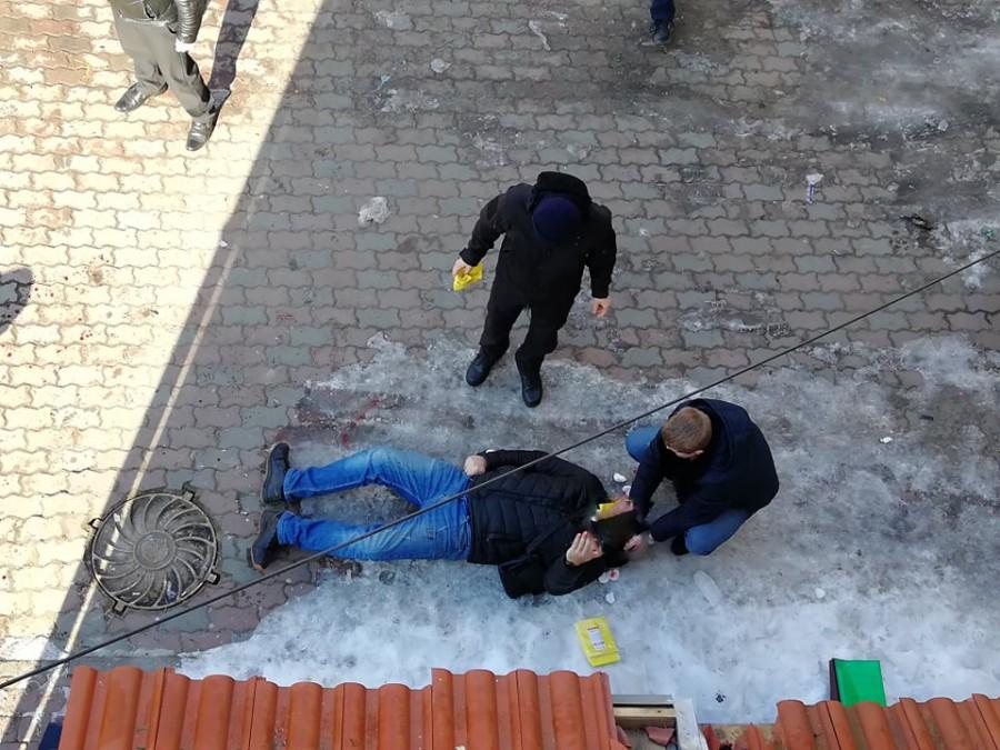 З'явилось відео затримання калушанина, який обстріляв радіостанцію і порізав поліціянта (ВІДЕО)