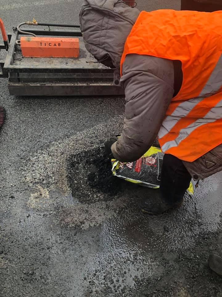 На дорогах державного значення Прикарпаття почали латати ями (ФОТО, ВІДЕО)