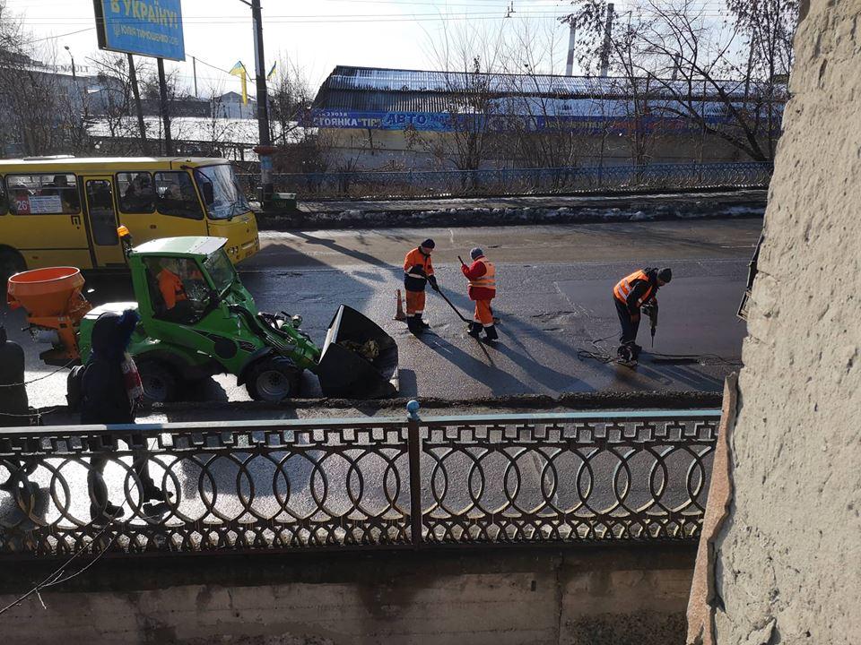 На вулиці Незалежності латають дорожнє покриття на мості (ФОТО)