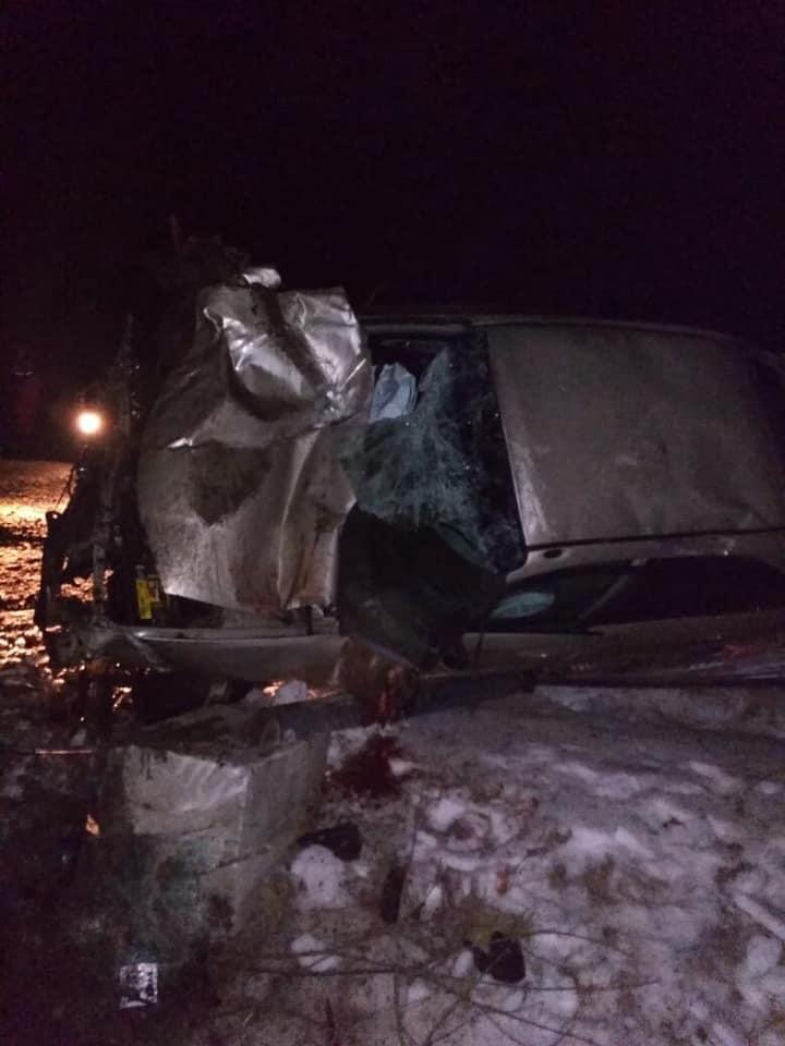 """На Косівщині водій """"євробляхи"""" розбився об білборд, є загиблий (ФОТО)"""