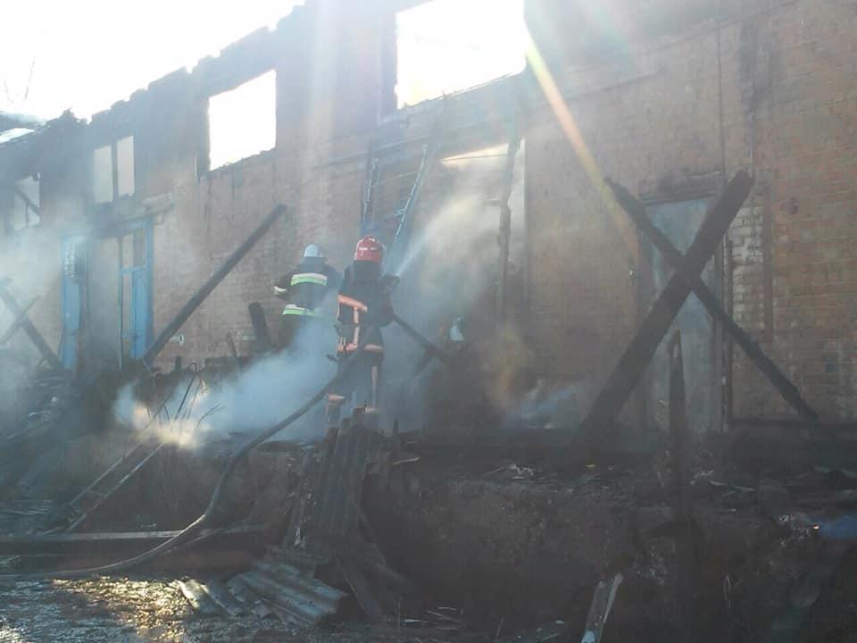 У селі на Прикарпатті загорілися склади (ФОТО)