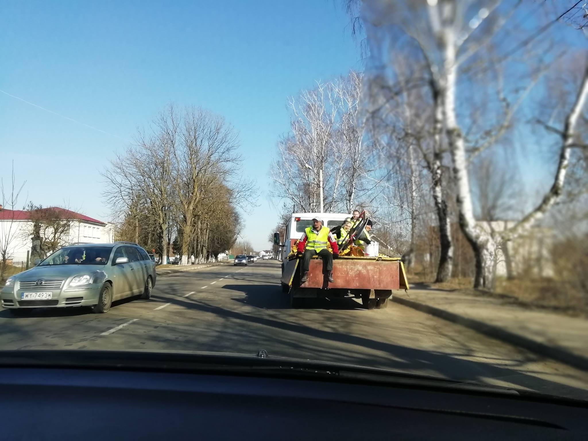 Через візит Порошенка на Прикарпатті у неділю взялися латати дороги (ФОТО)