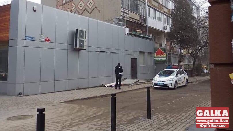 В Івано-Франківську на вул. Галицькій знайшли тіло людини (фотофакт)