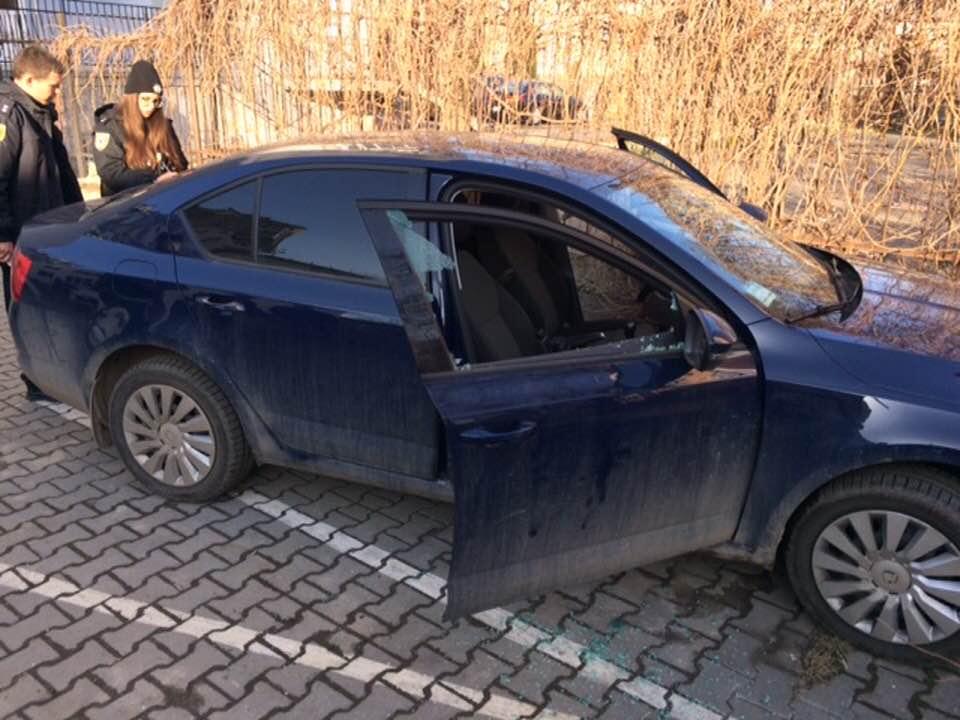 Невідомі зловмисники проникли в автомобіль мера Івано-Франківська. Справу розслідує поліція (фотофакт)