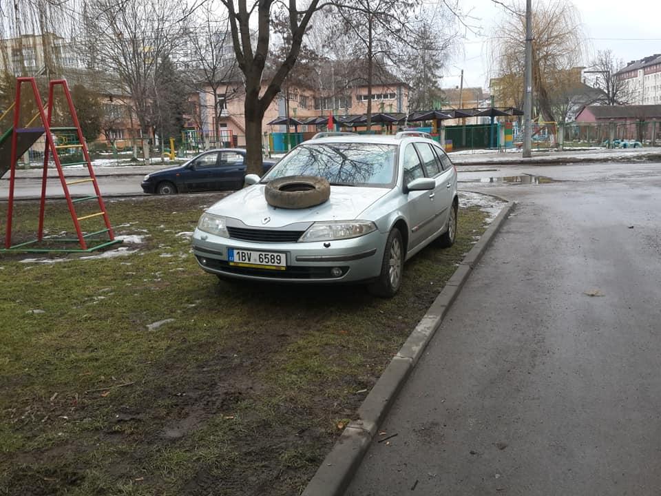 """Франківці шиною на капоті попередили """"євробляхера"""", аби той не паркувався на газоні (ФОТОФАКТ)"""