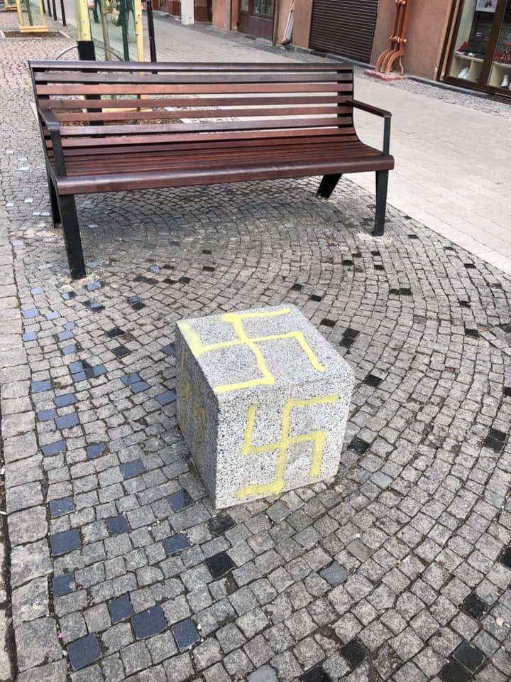 У центрі Франківська вандали нанесли фашистські символи (ФОТОФАКТ)
