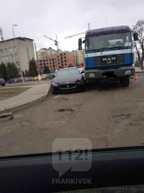 У Франківську вантажівка наїхала на Maserati (ФОТОФАКТ, ОНОВЛЕНО)