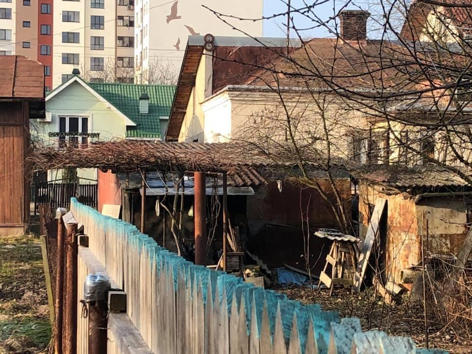 Франківці прибирають свої подвір'я, а сміття викидають у міський парк (фоторепортаж)