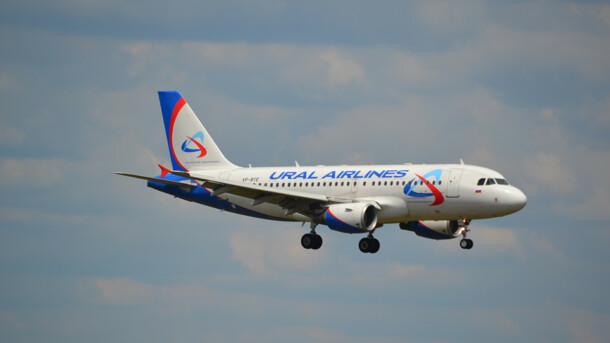 У Росії під час посадки на літак обвалився трап з людьми (ВІДЕО)