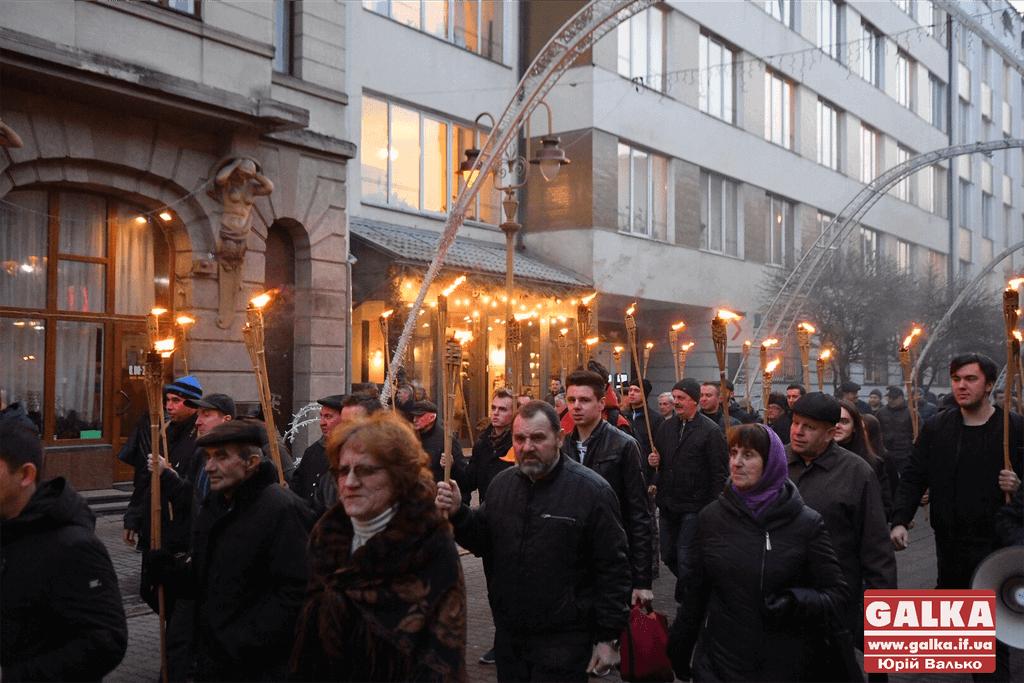 Смолоскипною ходою вшанували Героїв Небесної Сотні в Івано-Франківську (ФОТО)