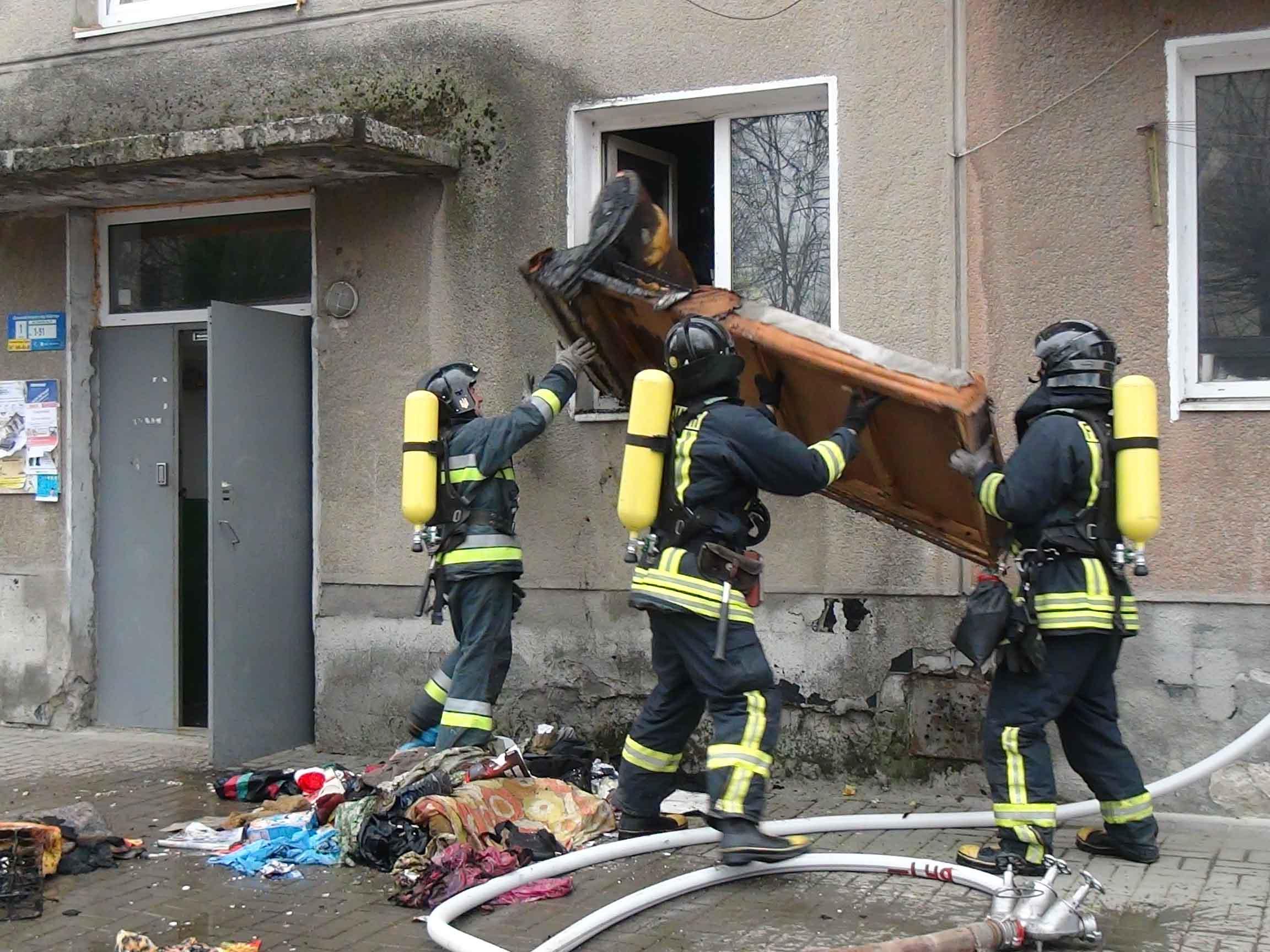 В Івано-Франківську, під час пожежі у багатоповерхівці, рятувальники евакуювали мешканців будинку (фоторепортаж)