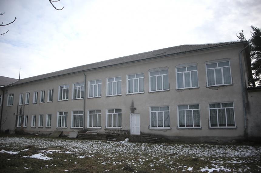 У сільській школі на Тисмениччині відремонтують дах (ФОТО)