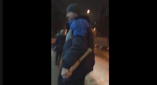 У Франківську водій кинувся до дівчини з битою, ледь не збивши її перед цим на переході (ВІДЕО 18+)