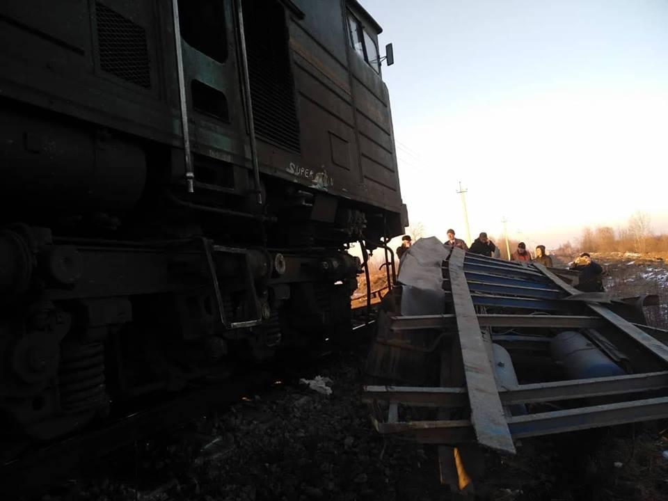 Поїзд зійшов із рейок, а молодого водія фури госпіталізовано в ОКЛ: стали відомими деякі подробиці вчорашньої ДТП на залізниці поблизу Івано-Франківська (фоторепортаж)