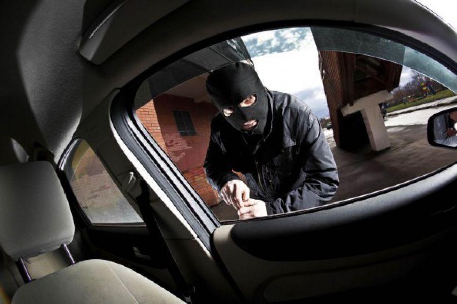 """В обласному центрі спіймали чоловіка, котрий """"обчистив"""" чуже авто"""
