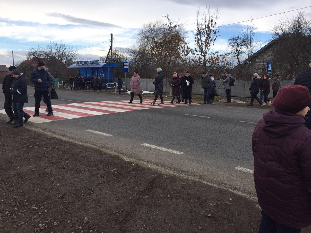 На Прикарпатті люди перекривали дорогу національного значення – вимагають безпечної інфраструктури (ФОТО)