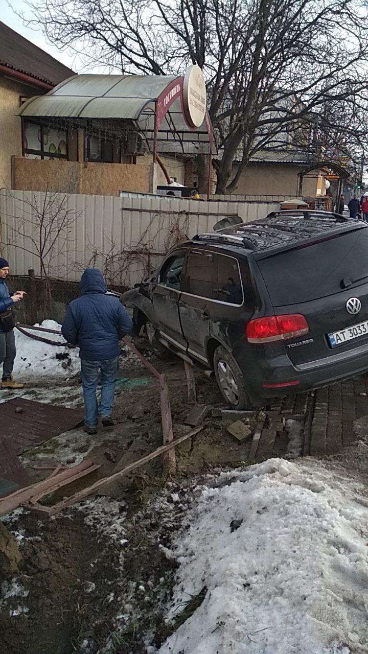На Пасічній водій Volkswagen Touareg протаранив паркан, бо йому стало зле (ФОТО, ВІДЕО)