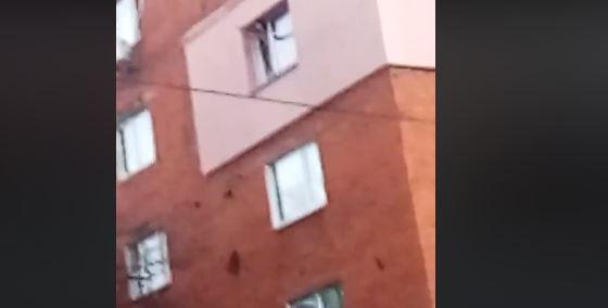 У Калуші 25-річна жінка хотіла кинутися з четвертого поверху, її врятували (ВІДЕО)