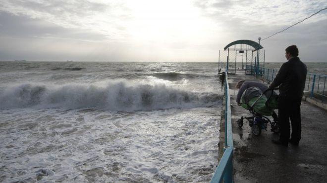 В Одесі візочок з дитиною здуло в море: як врятували малюка? (ВІДЕО)