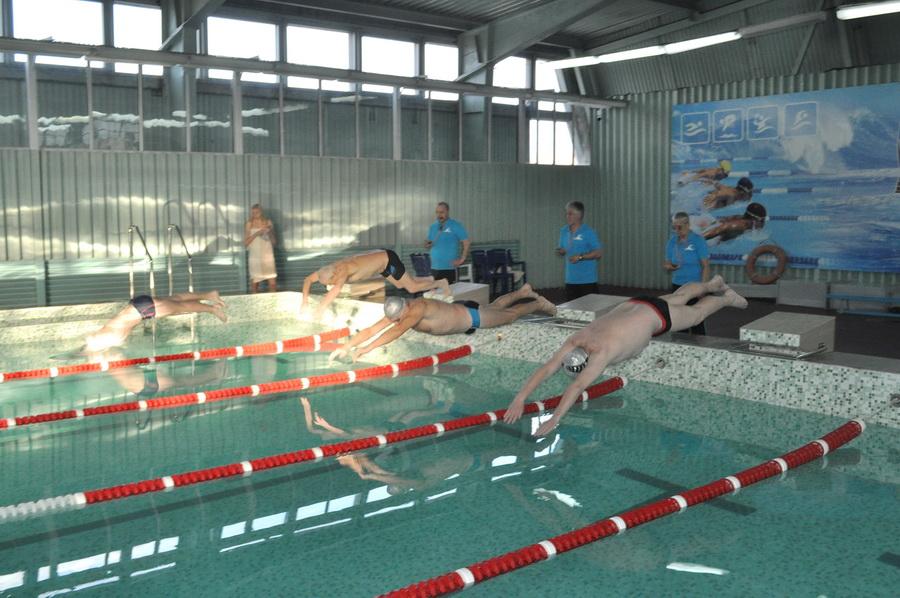 Як викладачі франківського медуніверситету змагалися за першість у плаванні (ФОТО)