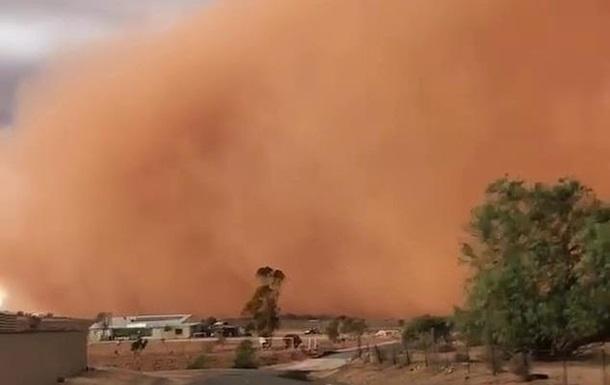 В Австралії зняли на відео потужну піщану бурю