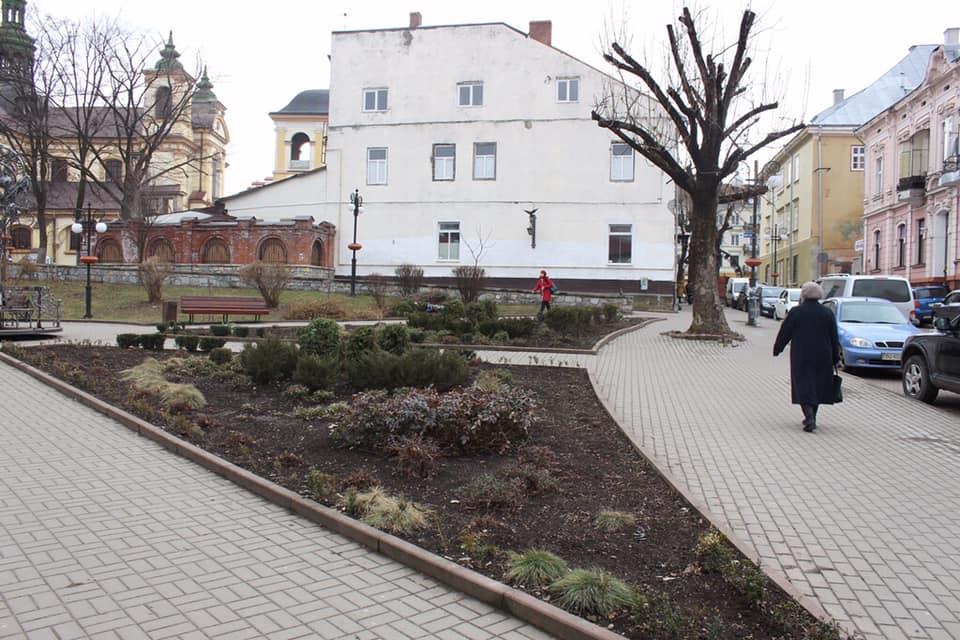Прибирання сміття з клумб, обрізка дерев та кущів: як комунальники готують місто до весни (ФОТО)