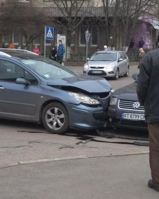 У Калуші на перехресті не розминулися Фольксваген та Пежо (ФОТО)