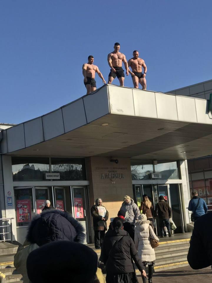 У Києві троє чоловіків з оголеним торсом привітали жінок з 8 березня (ФОТО)