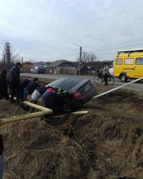 """Поблизу Калуша """"КІА"""" опинилася в кюветі (ФОТОФАКТ)"""