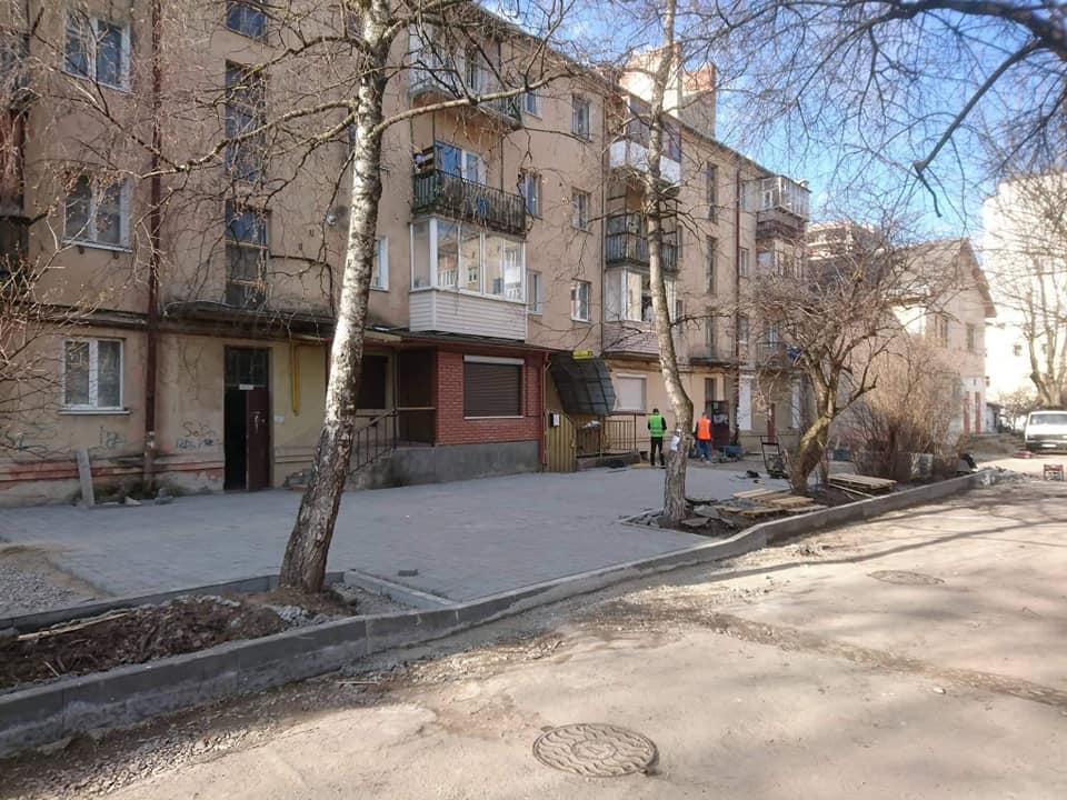 На Бельведерській брукують прибудинкову територію (ФОТО, ВІДЕО)