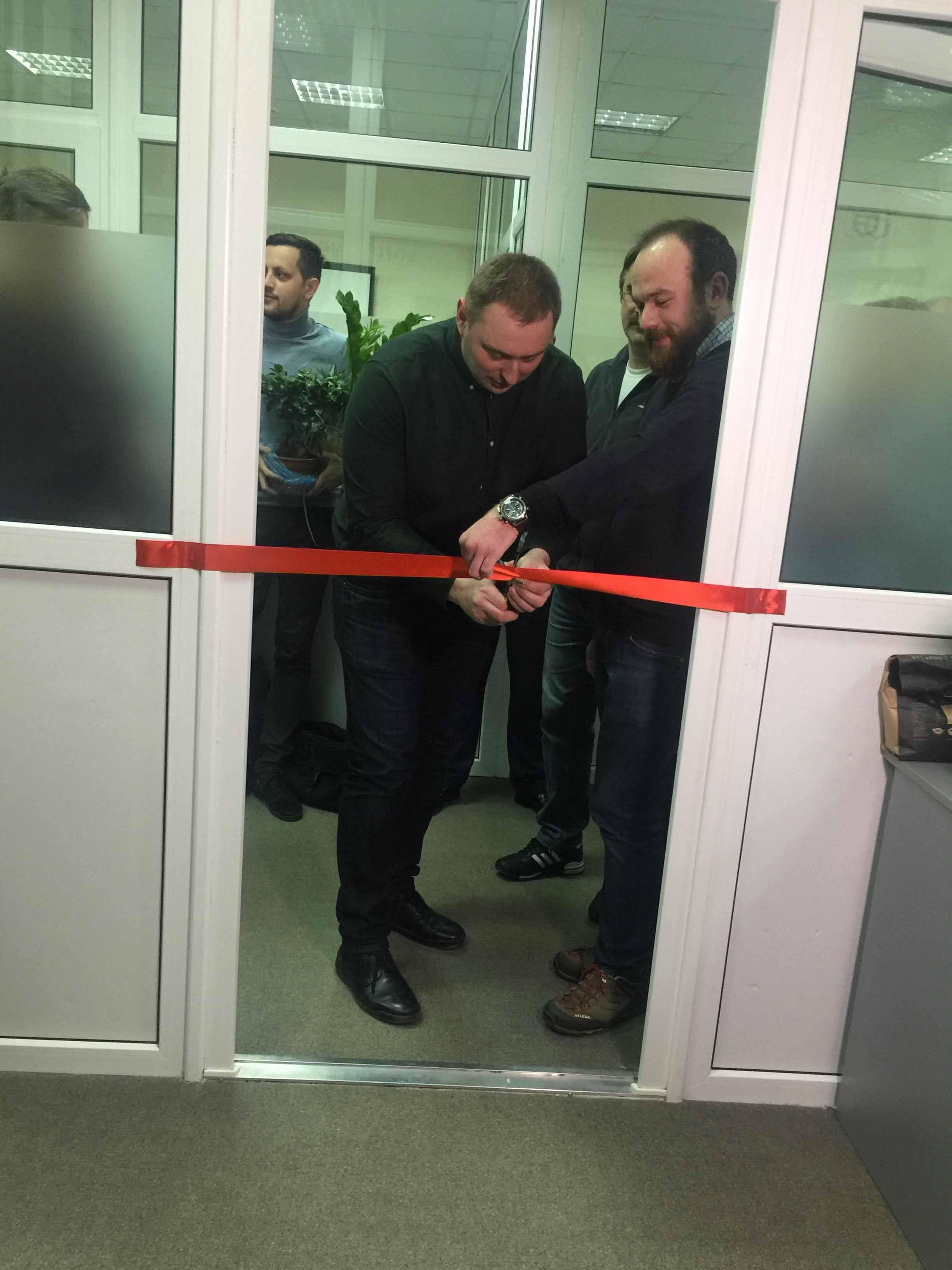 В місті відкрили лабораторію, де діти програмуватимуть робо-машинки (ФОТО)