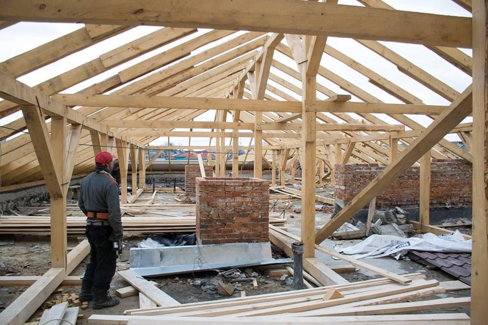 У багатоквартирному будинку на Коновальця капітально ремонтують дах (ФОТО)