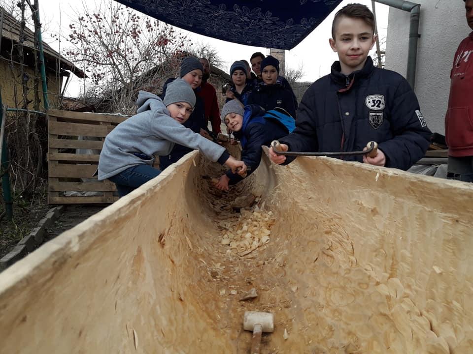 Як юні прикарпатці середньовічний човен майстрували (ФОТО)