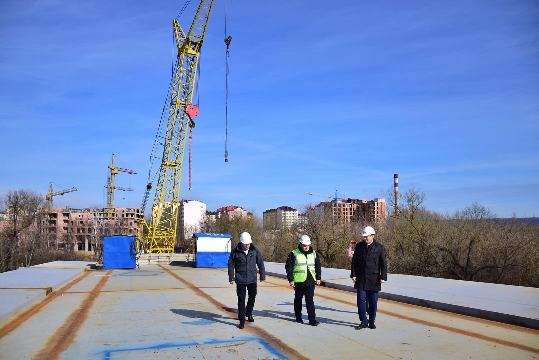 Помітні тротуари і дорога: будівництво моста на Пасічну перейшло на новий етап (ФОТО)