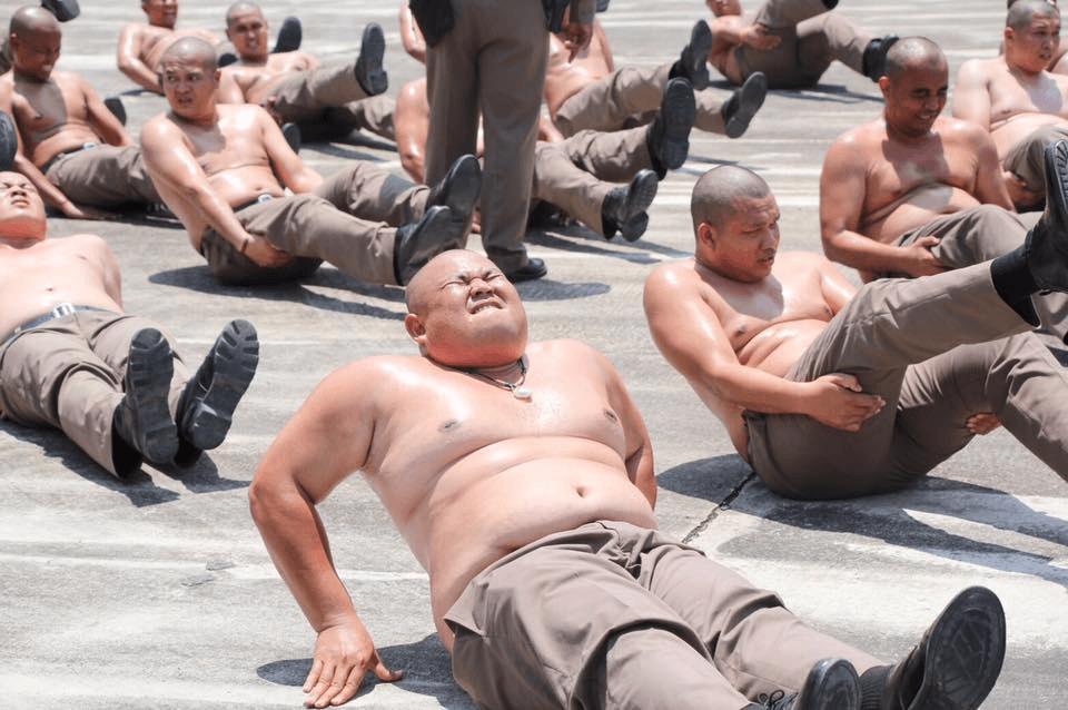 У Таїланді поліціянтів відправили до спортивного табору, аби вони схудли (ФОТО)