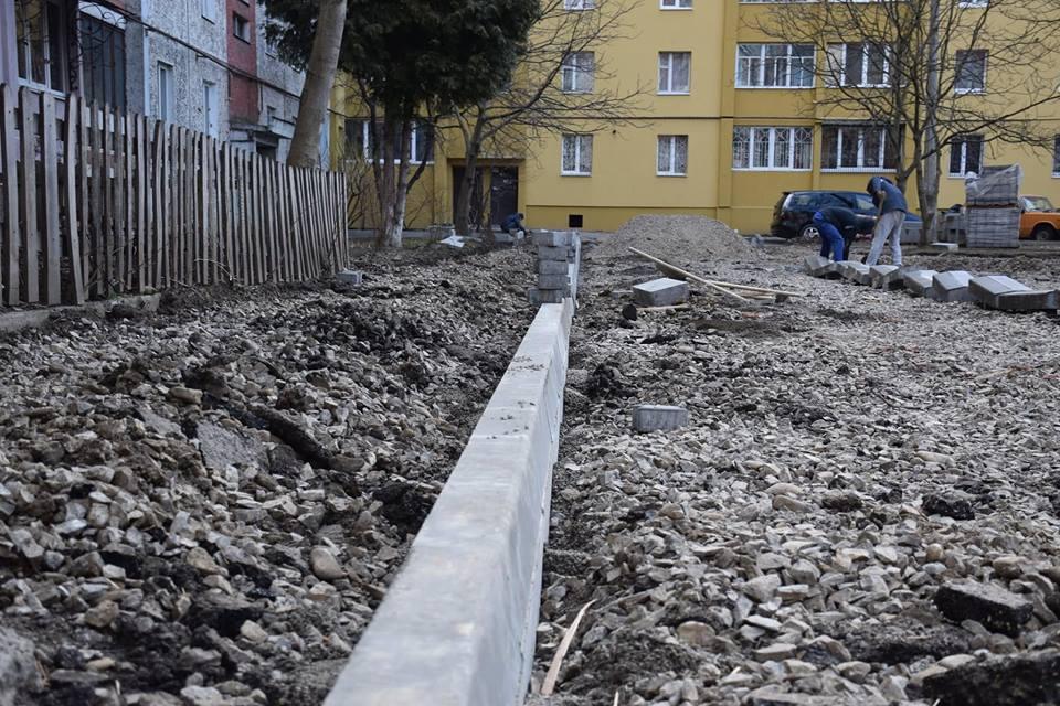 В Івано-Франківську взялися ремонтувати великий двір із парковкою (ФОТО)