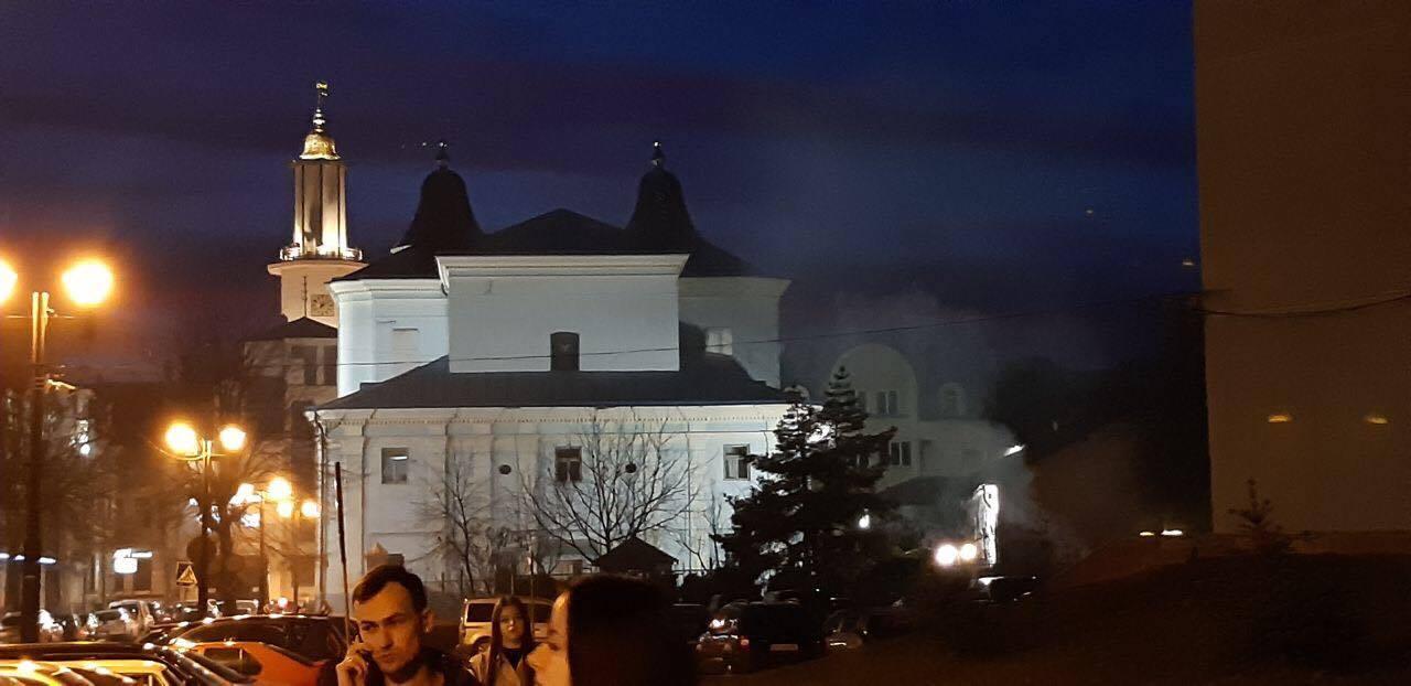 На території Вірменської церкви палили сміття. Гасити вогонь довелося рятувальникам (фото+відео)