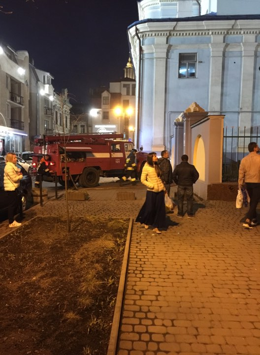 На території Вірменської церкви палили сміття. Гасити вогонь довелося рятувальникам (ФОТО, ВІДЕО)