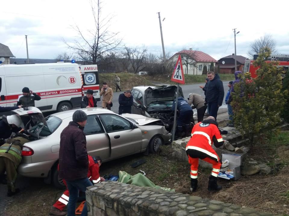 ДТП на Долинщині: рятувальники визволяли потерпілих з авто (ФОТОФАКТ)