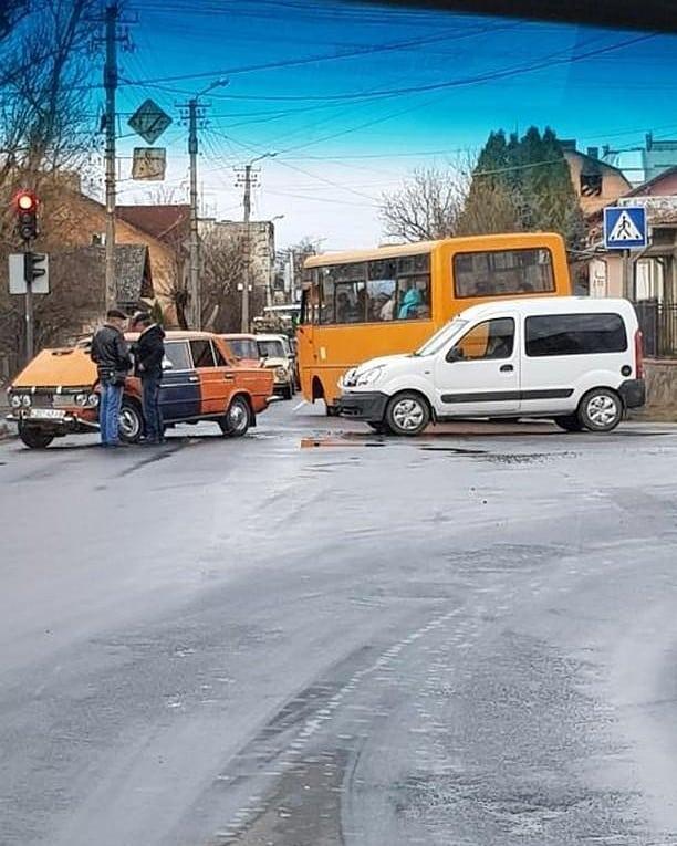 У Калуші на перехресті зіткнулися ВАЗ і мінівен (ФОТОФАКТ)