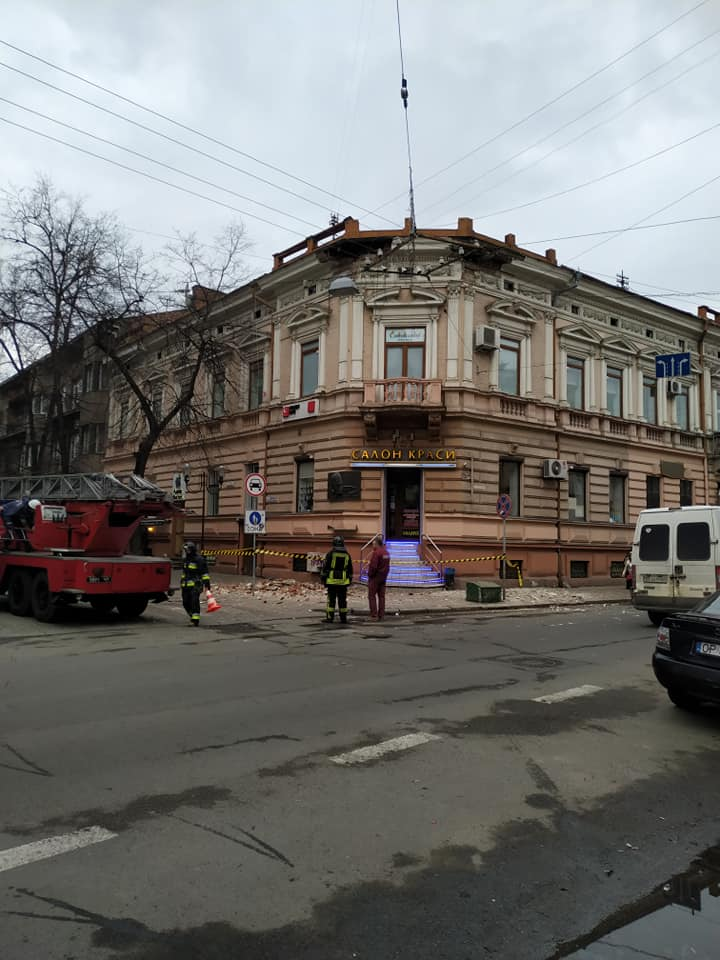 У центрі Франківська на пішохідну зону обвалилась штукатурка (ФОТО)