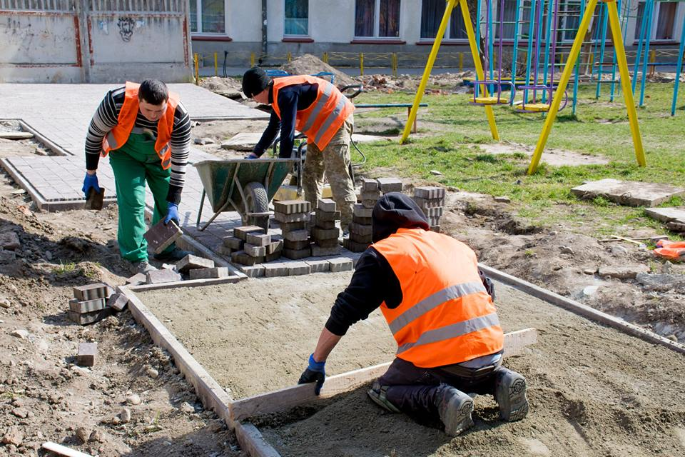 На Коновальця відновили ремонт двору і прилеглої території  (фоторепортаж)