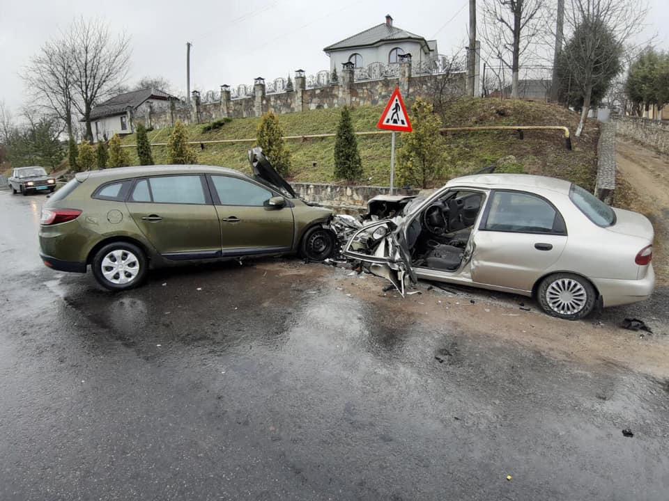 Подробиці ранкової ДТП на Долинщині: четверо осіб дістали травми (ФОТО)