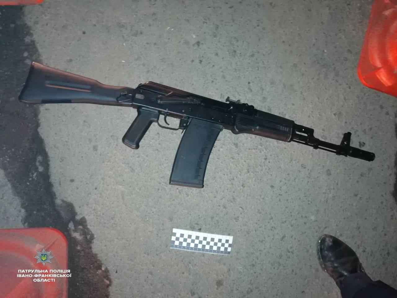 В ніч на четвер у Франківську п'яний чоловік з рушницею погрожував вчинити стрілянину (ФОТО)